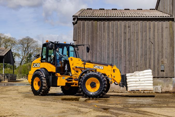 TM320 telescopic wheel loader (3:2)