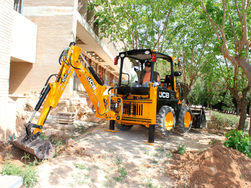 BHL 1CX Wheeled with excavator bucket